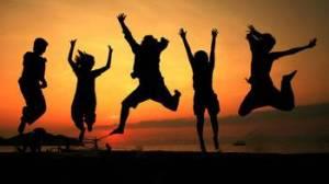 giovani-che-saltano-sulla-spiaggia-jumping-tramonto-29856649